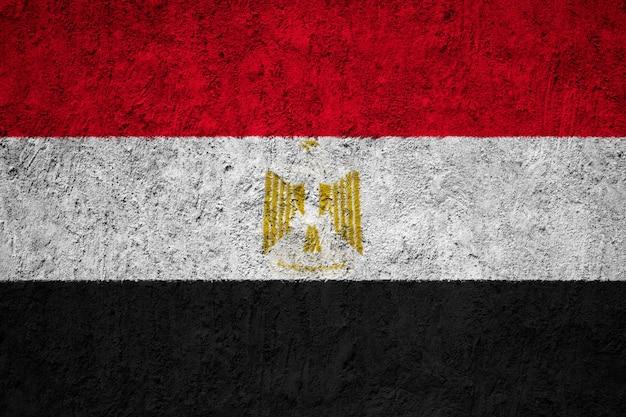 Gemalte staatsflagge von ägypten auf einer betonmauer