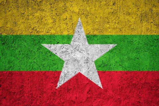 Gemalte staatsflagge von birma / myanmar auf einer betonmauer