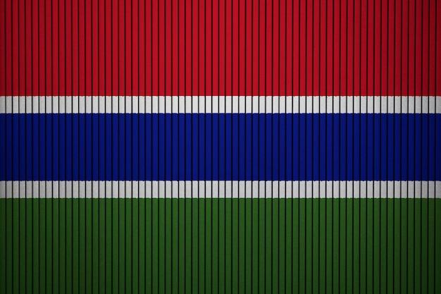 Gemalte staatsflagge von gambia auf einer betonmauer