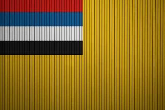 Gemalte Staatsflagge von Mandschukuo auf einer Betonmauer