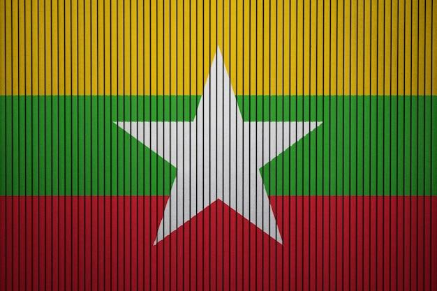 Gemalte staatsflagge von myanmar auf einer betonmauer