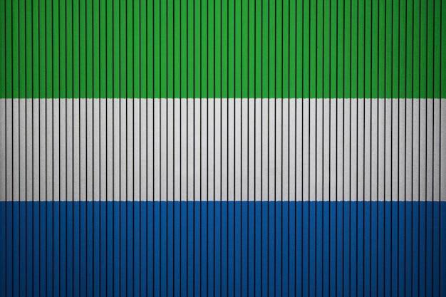 Gemalte staatsflagge von sierra leone auf einer betonmauer