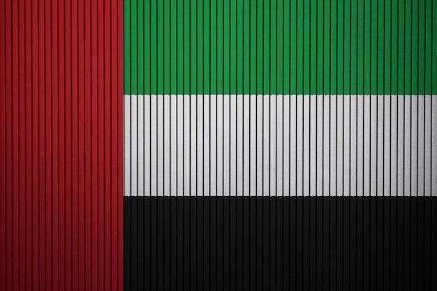 Gemalte staatsflagge von vereinigten arabischen emiraten auf einer betonmauer