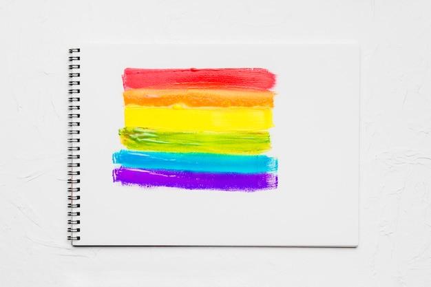 Gemalte streifen in lgbt-farben im skizzenbuch