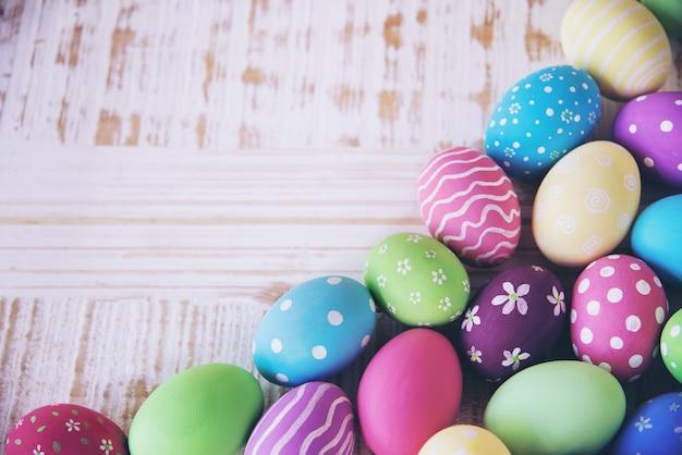 Gemalter bunter ostereihintergrund - ostern-feiertagsfeier-hintergrundkonzept