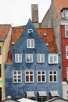 Gemaltes blaues altes gebäude mit orange dach