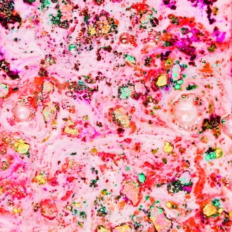 Gemaltes rosa pulver in schwarzem wasser