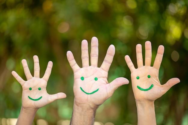 Gemaltes smiley-gesicht auf die handflächen