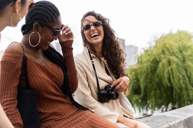 Gemeinsam reisende frauen in paris
