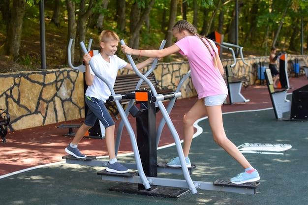 Gemeinsam sport treiben. zusammenarbeit. junge und mädchen spielen zusammen.