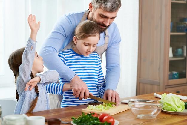 Gemeinsame arbeit bei modern kitchen