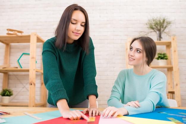 Gemeinsame arbeit von modedesignern