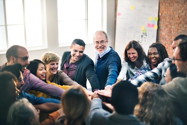 Gemeinsame hände für teamwork