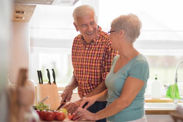 Gemeinsame küche von zwei älteren menschen