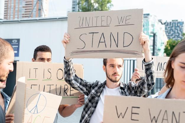 Gemeinschaft, die zusammen an der demonstration marschiert