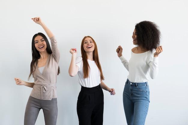 Gemeinschaft junger frauen, die zusammen feiern