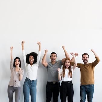 Gemeinschaft junger menschen glücklich zusammen