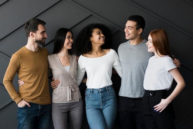 Gemeinschaft junger menschen vereint