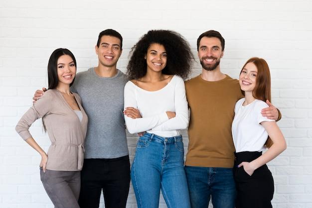 Gemeinschaft positiver junger menschen zusammen