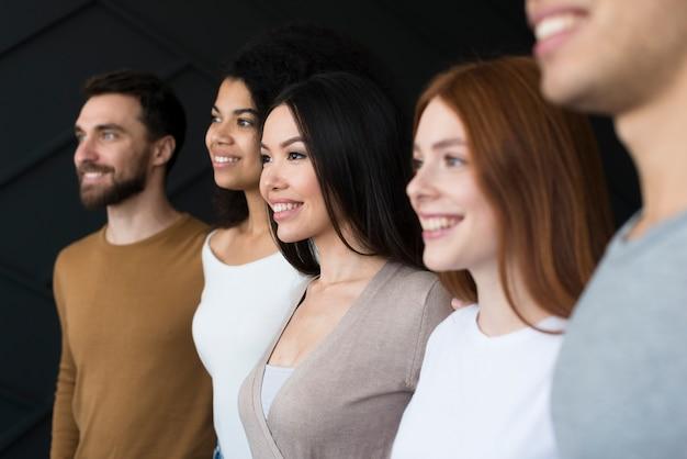 Gemeinschaft von erwachsenen menschen lächelnd