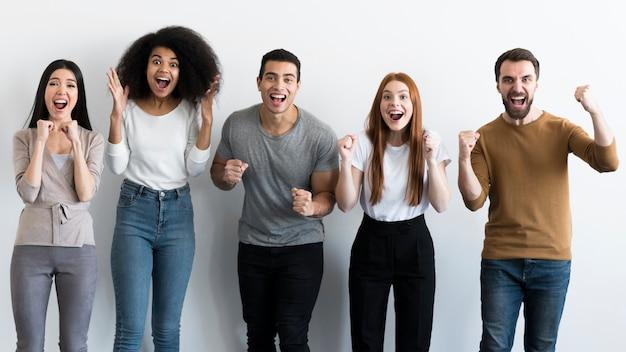 Gemeinschaft von jungen menschen jubeln