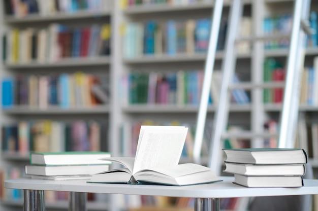 Gemietete wissenschaftliche literatur auf dem schreibtisch