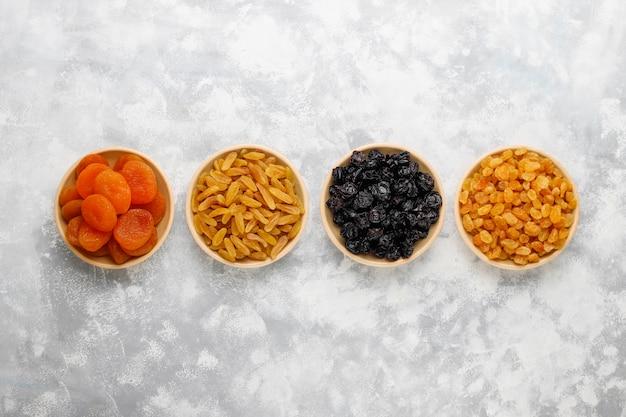 Gemischt aus getrockneten früchten, aprikosen, trauben, pflaumen auf licht