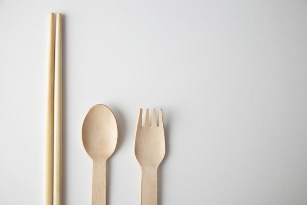 Gemischt aus küchenutensilien zum mitnehmen: asiatische stäbchen