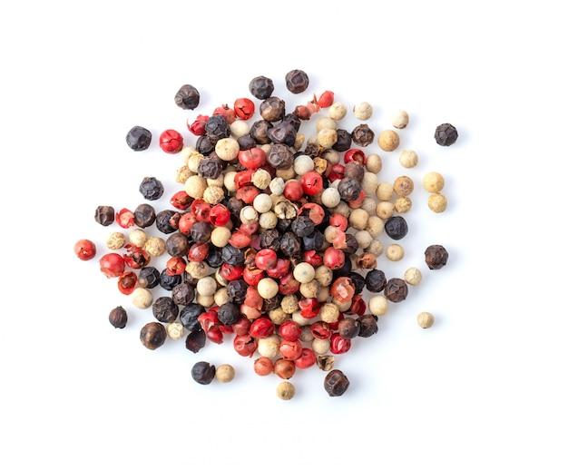Gemischt von paprika heißer, roter, schwarzer und weißer pfeffer lokalisiert auf weißem hintergrund. draufsicht