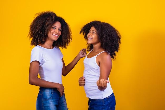 Gemischte afro-frau mit fotokamera-fotografie und brasilianischem pass in gelbem hintergrund