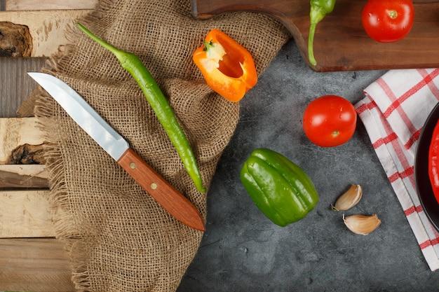 Gemischte auswahl an chilis auf einem grauen steintisch. draufsicht.