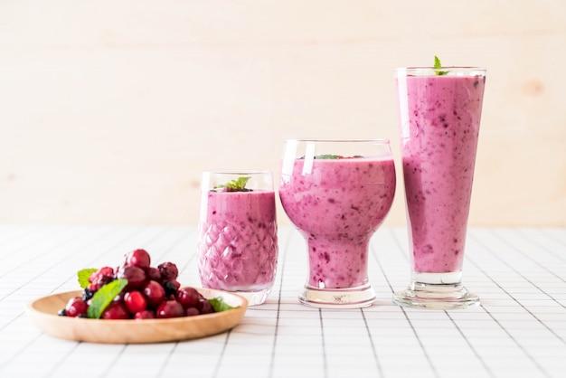 Gemischte beeren mit joghurt-smoothies