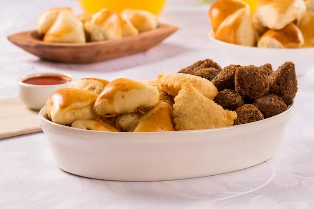 Gemischte brasilianische snacks auf dem tisch