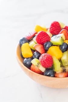 Gemischte frische früchte (erdbeere, himbeere, blaubeere, kiwi, mango)