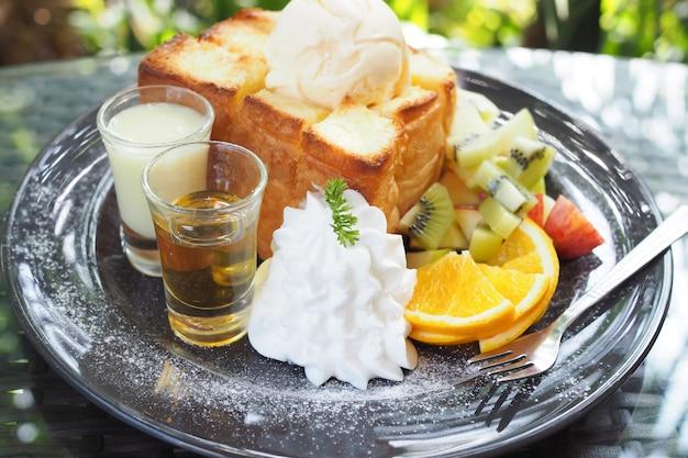 Gemischte früchte und honig toast