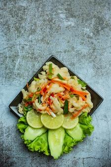 Gemischte gemüse- und hühnerfüße, würziger thai-salat.