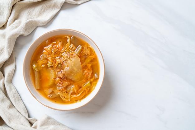 Gemischte gemüsesauer-suppe