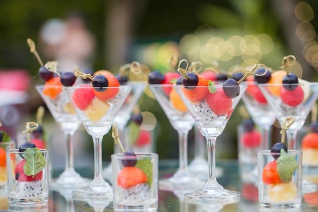 Gemischte gesunde frische früchte mit glas in scheiben schneiden