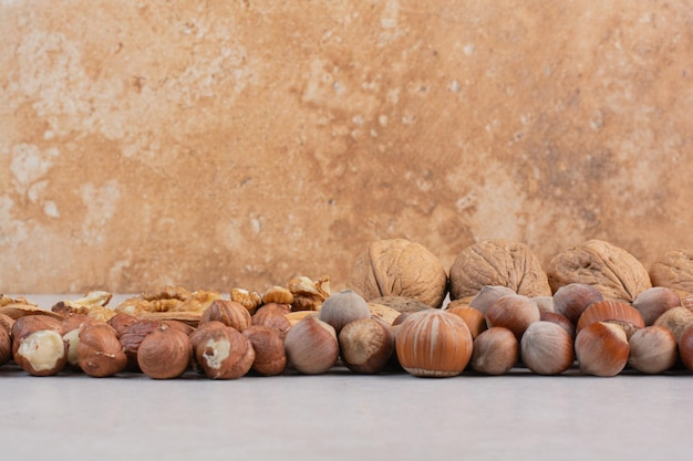 Gemischte gesunde nüsse auf marmoroberfläche