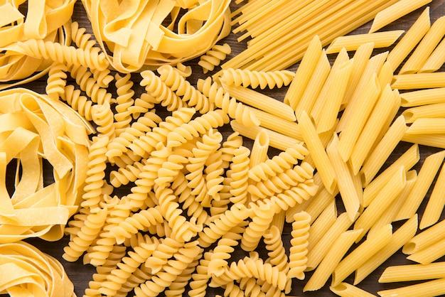 Gemischte getrocknete italienische pasta-auflistung. trockener teigwarenhintergrund