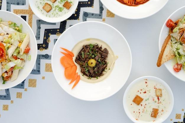 Gemischte mezza, gemischte vorspeisen, arabische vorspeisen, ägyptische küche, nahöstliches essen, arabische mezza, arabische küche, arabisches essen