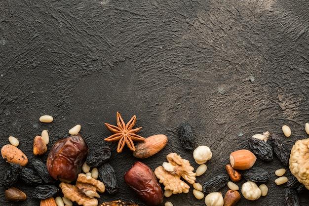 Gemischte nüsse getrocknete früchte und verschiedene nüsse
