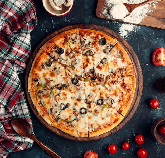 Gemischte pizza mit oliven, paprika, tomaten
