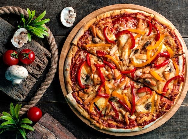 Gemischte pizza, tomaten und pilze