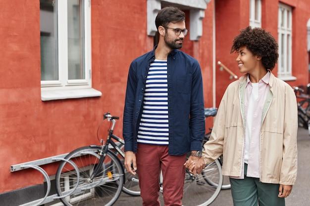 Gemischte rasse reizendes junges paar haben spaziergang im freien