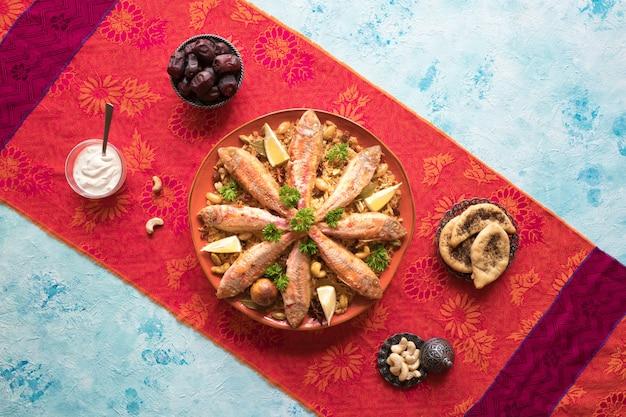 Gemischte reisgerichte mit ursprung im jemen