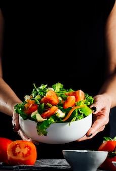Gemischte salatschüssel mit salat, tomate, rucola und mozzarella