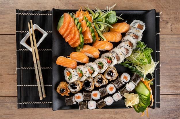 Gemischte sushi-rolle und lachssashimi.