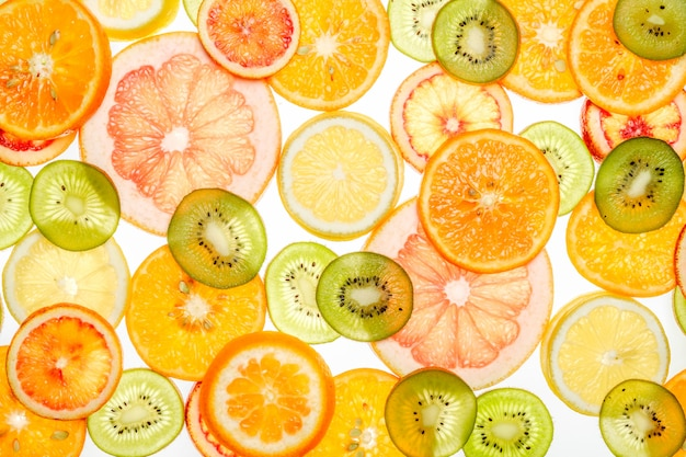 Gemischte transparente zitrusfrüchte auf weiß