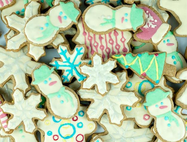 Gemischte weihnachtsplätzchen bunte mischung aus weihnachtlich dekorierten plätzchen